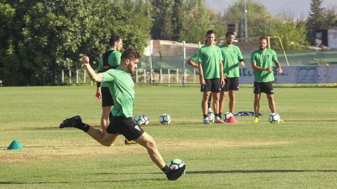 Javi Galán golpea el balón durante un ejercicio en el entrenamiento de ayer en la Ciudad Deportiva.