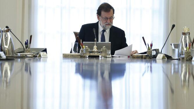 Rajoy lee un papel en el Consejo de ministros para activar el 155