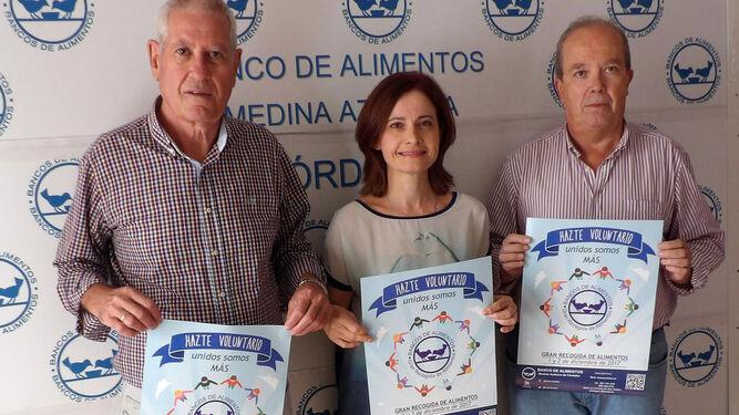 Los responsables de la organización, con los carteles de captación.