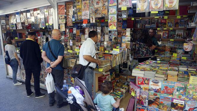 Primeros clientes de la Feria del Libro Antiguo y de Ocasión.