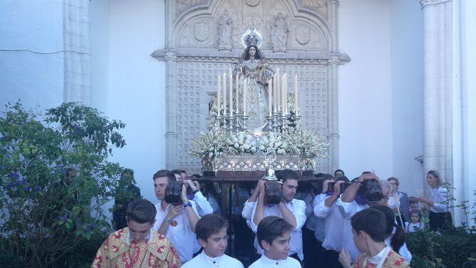 La imagen mariana sale del convento de Madre de Dios.