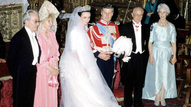 Su boda en 1988 (izqda.) y con su ya ex marido en 2002.