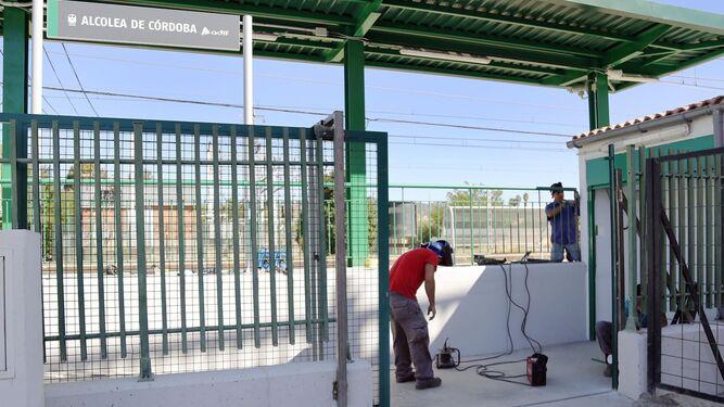 Dos operarios trabajan en la estación de Alcolea.