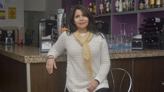 Josana Yanina, dueña del Bar D'Tapas, en el interior de su local.
