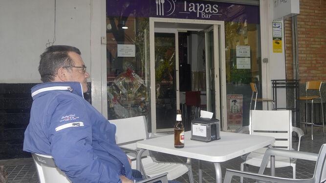 Un cliente toma una cerveza en la terraza del Bar D'Tapas.