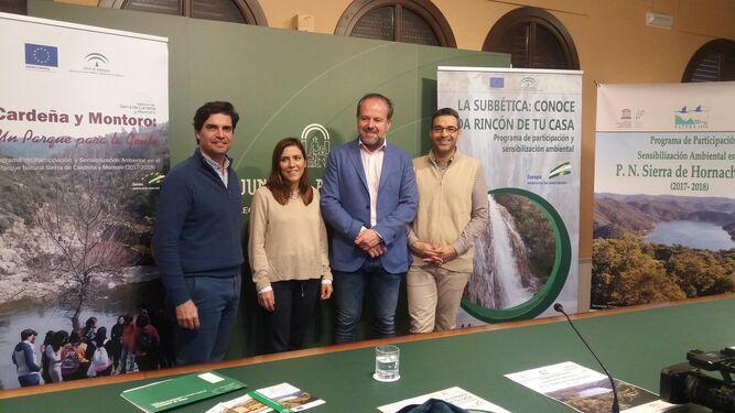 Francisco de Paula Algar, segundo por la derecha, ayer junto a responsables de los espacios protegidos.