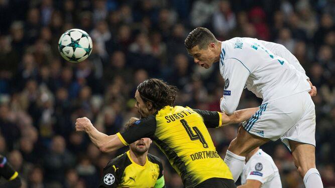 Ronaldo remata de cabeza.