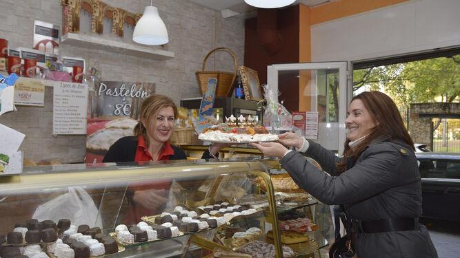 Una clienta adquiere un roscón de Reyes de la Confitería Hermoso Molero.