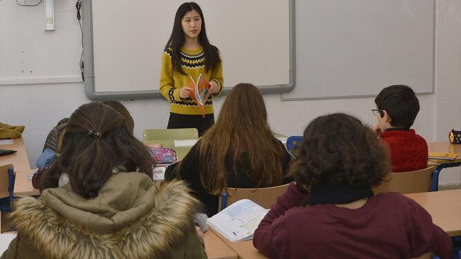 La profesora Paula Yijuan Bian durante una de sus clases en el instituto Luis de Góngora.