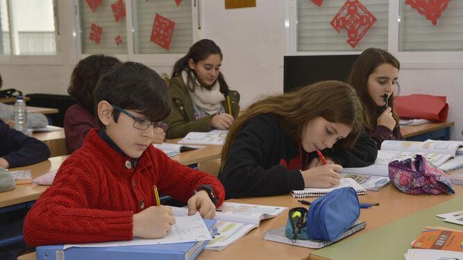 Un grupo de alumnos toma apuntes en la clase de chino.