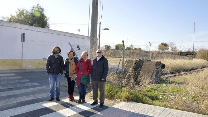 Rafael Castilla, Dolores Marzo, Pilar Puerto y Fernando Vico, junto al 'tacón'.