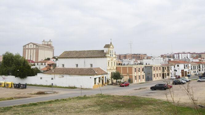 Panorámica de la zona, con la iglesia en primer término y el silo, al fondo.