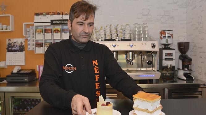 David Moreno prepara dos dulces para unos clientes.