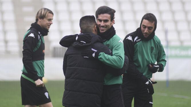 Alfaro se funde en un abrazo con Jorge Romero, con Javi Lara y Aguza al fondo, al inicio de la sesión de ayer.
