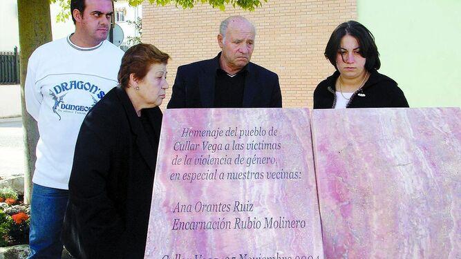Un monolito recuerda en Cúllar Vega a Ana Orantes y Encarnación Rubio, víctimas de la violencia machista.