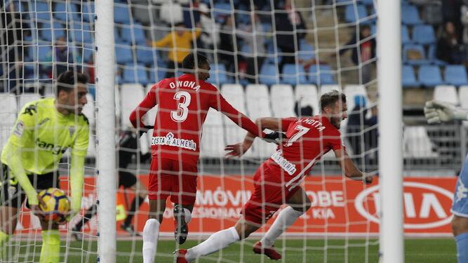 Motta corre perseguido por Owona y ante la desesperación de Aguza tras el 1-0.
