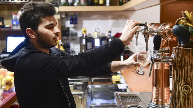 José Flores sirve una cerveza en su local de la calle San Fernando 26.
