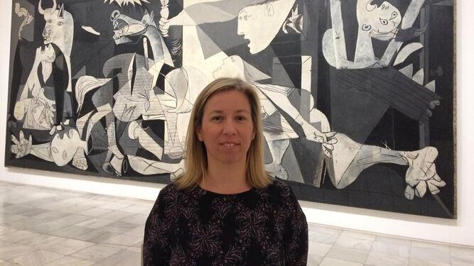 Genoveva Tusell en el Museo Nacional Reina Sofía con el 'Guernica' al fondo.