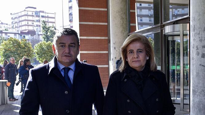 El delegado del Gobierno en Andalucía, Antonio Sanz,  y la ministra de Empleo, Fátima Báñez.
