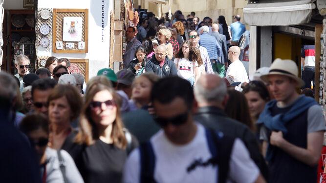 Un grupo de turistas pasea por las calles del Casco Histórico.