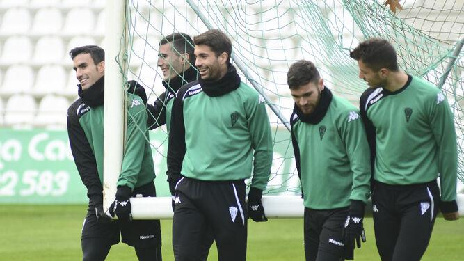 Alfaro, Sergi Guardiola, Josema, Javi Galán y Pinillos cargan una portería durante el entrenamiento de ayer en El Arcángel.