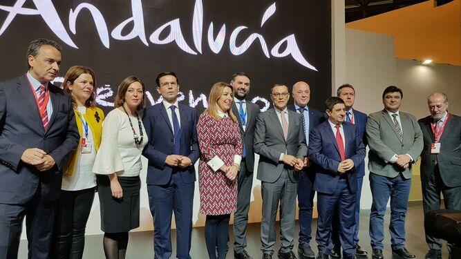 Susana Díaz con los alcaldes y representantes de las provincias andaluzas en Fitur 2018.