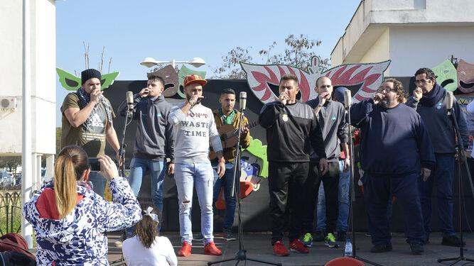 Una agrupación actúa en el escenario de la Salmorejada.