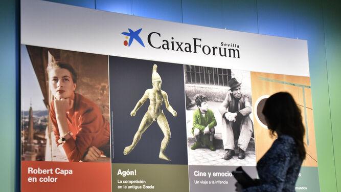 Ante el cartel que anuncia las cuatro exposiciones que propondrá el centro hasta septiembre.
