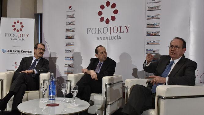 Emilio Ontiveros, presidente de Analistas Financieros Internacionales, y Juan José Toribio, profesor emérito del IESE, durante el coloquio moderado por José Antonio Carrizosa, director de 'Diario de Sevilla'.