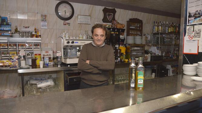Ángel Jiménez, en el interior de su local en la Plaza Colón, número 27.