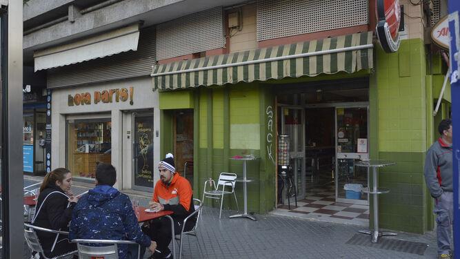 Unos clientes desayunan en la terraza de la Cafetería Anyan.