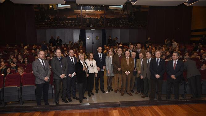 Dirigentes institucionales y antiguos directores de la Etsiam, en el centro, ayer en el Rectorado.
