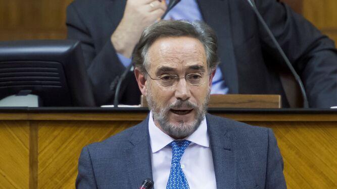 Felipe López en la tribuna del Parlamento, ayer, delante de Juan Pablo Durán.