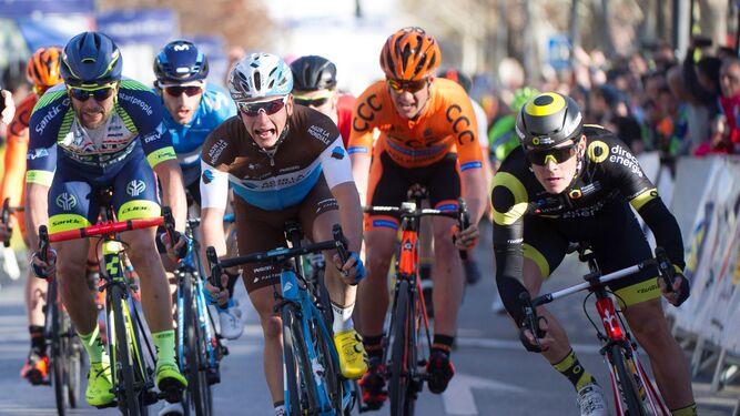 El francés Thomas Boudat -a la derecha- se impone en el sprint de Granada en la primera etapa de la Vuelta a Andalucía.