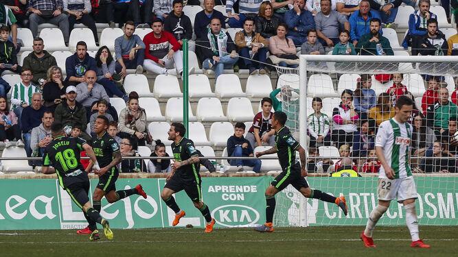 Los jugadores del Granada celebran uno de sus tantos.