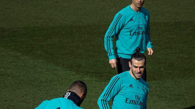 Benzema y Bale se ejercitan durante el entrenamiento madridista de ayer.