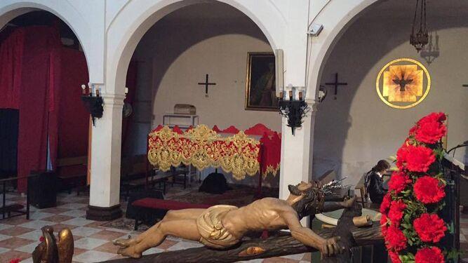 Cristo de la Agonía en primer planto, con la bambalina detrás.
