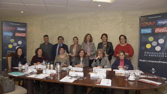 Foto de familia de los participantes en el desayuno junto al director de 'el Día', la gerente y la jefa de Local, que intervino como moderadora.