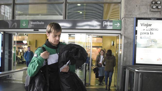 Javi Lara, ayer antes de pasar el control de equipaje en la estación del AVE.