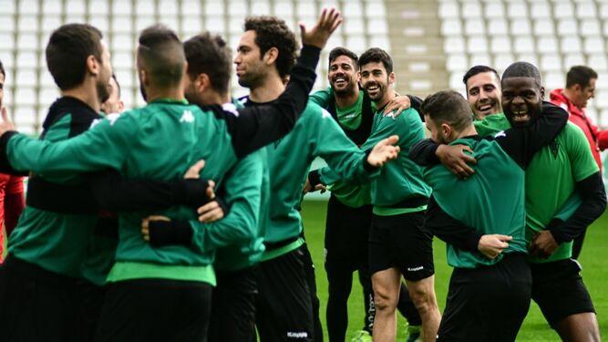 Los jugadores del Córdoba, con Aythami y Caro en el centro, muestran su relajación durante los primeros minutos del entrenamiento de ayer en El Arcángel.