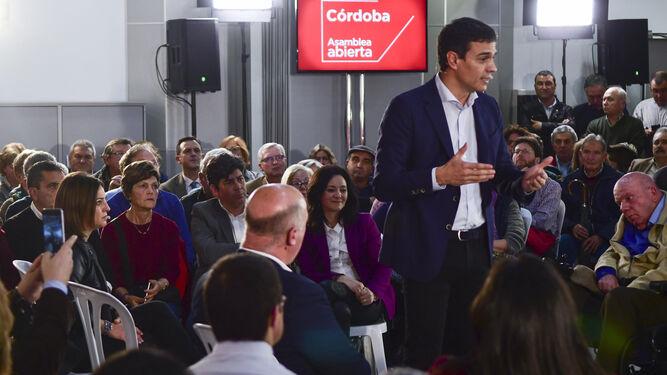 Pedro Sánchez se dirige a los asistentes a la asamblea abierta del PSOE.