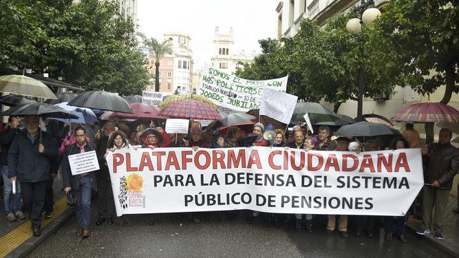 Pancarta que encabezó la manifestación por las pensiones públicas.