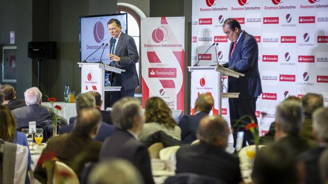 El director de 'Diario de Cádiz', David Fernández, formula las preguntas del público al invitado de ayer, José Luis Blanco.