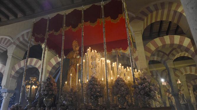 La Virgen de la Salud, de la Agonía, procesiona por el interior de la Mezquita-Catedral.
