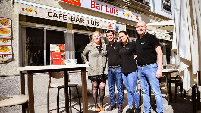 Jesús Sánchez, a la derecha, junto a su equipo de trabajo en el Café Bar Luis.