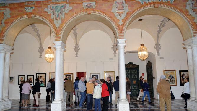 Público en la exposición pictórica de Romero del Rosal en el Patio Barroco.