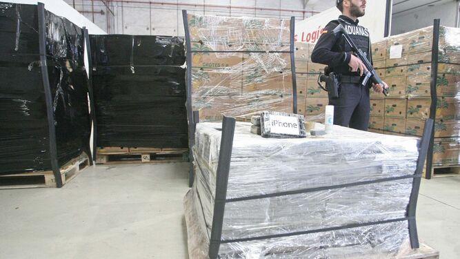 Un agente custodia parte del cargamento intervenido en el puerto de Algeciras.