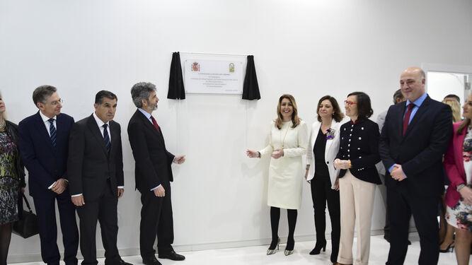 Carlos Lesmes y Susana Díaz descubren una placa de inauguración en la Ciudad de la Justicia.