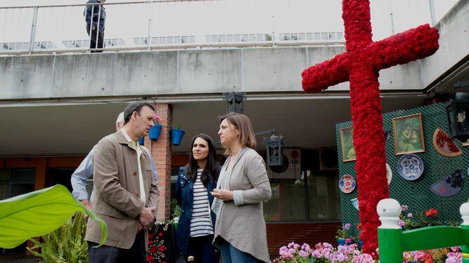 La alcaldesa visita una de las cruces que ha participado en el certamen.