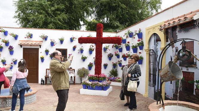 Un hombre toma una imagen a dos mujeres en la asociación San José Obrero.